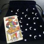 Kartu Tarot Yang Terbang Sendiri